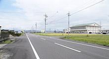 下宮小学校、幼児園の交差点を右折。T字路を左折